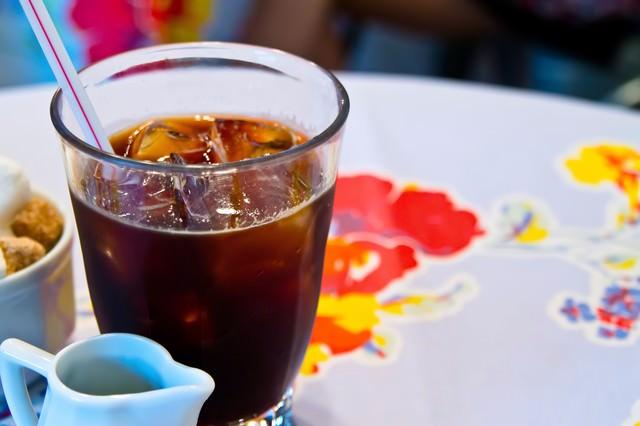 アイスコーヒーとミルクの写真