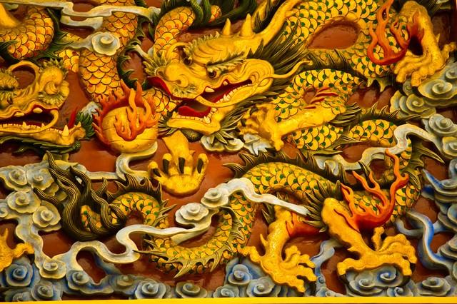 中華街の龍の彫刻の写真