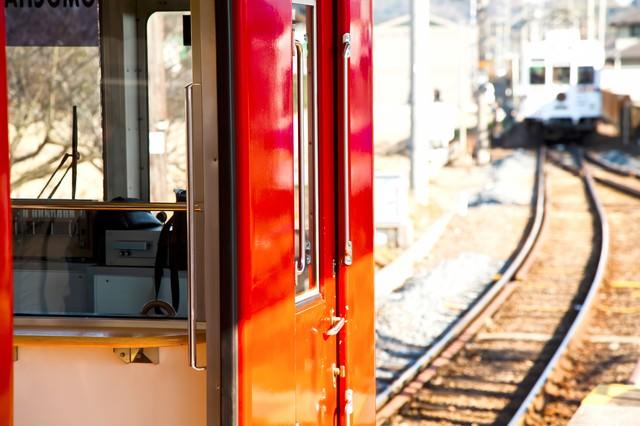 赤い電車と線路の写真