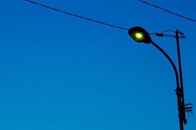 薄暗い街灯の写真