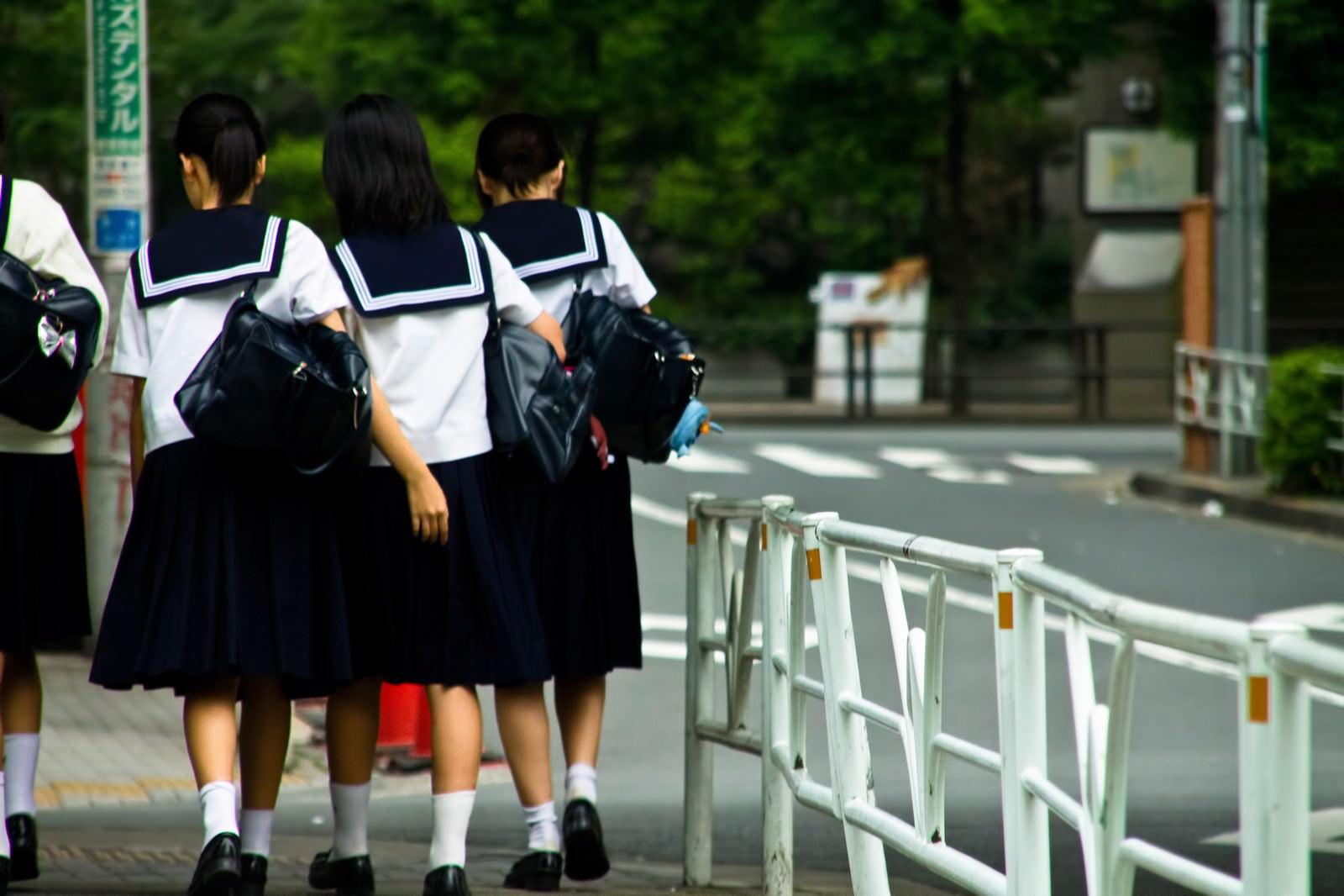 「下校中の女子中学生下校中の女子中学生」のフリー写真素材を拡大