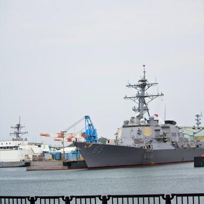 「ヴェルニー公園と軍艦」の写真素材