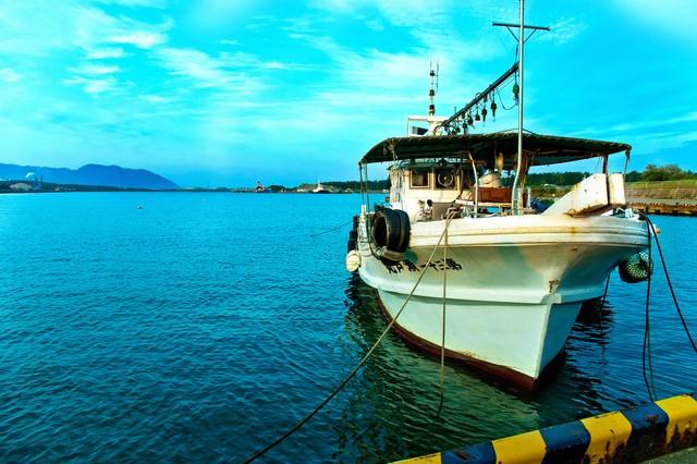 青い空と漁船の写真