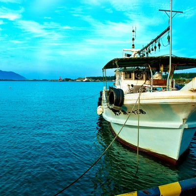「青い空と漁船」の写真素材
