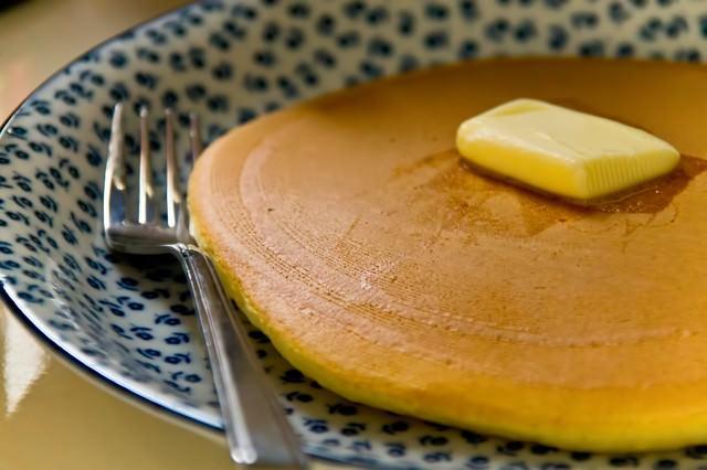 バターとホットケーキの写真