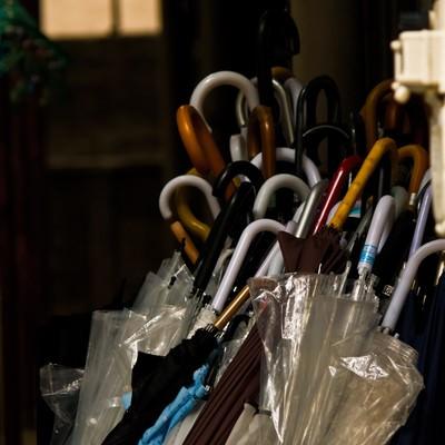 「忘れられた傘」の写真素材
