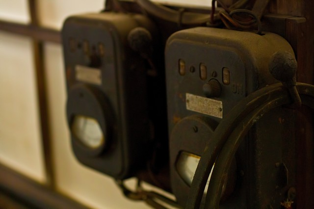 古い機械の電圧計の写真