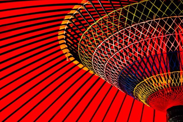 鮮やかな紅い傘の写真
