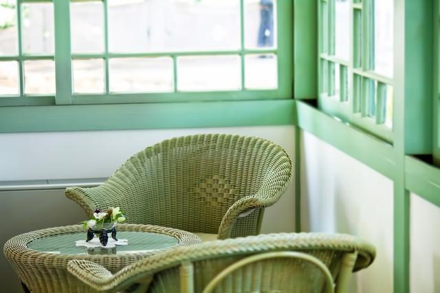 窓辺の編まれた椅子の写真