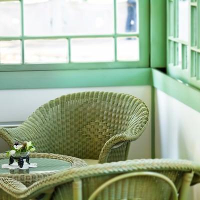 「窓辺の編まれた椅子」の写真素材