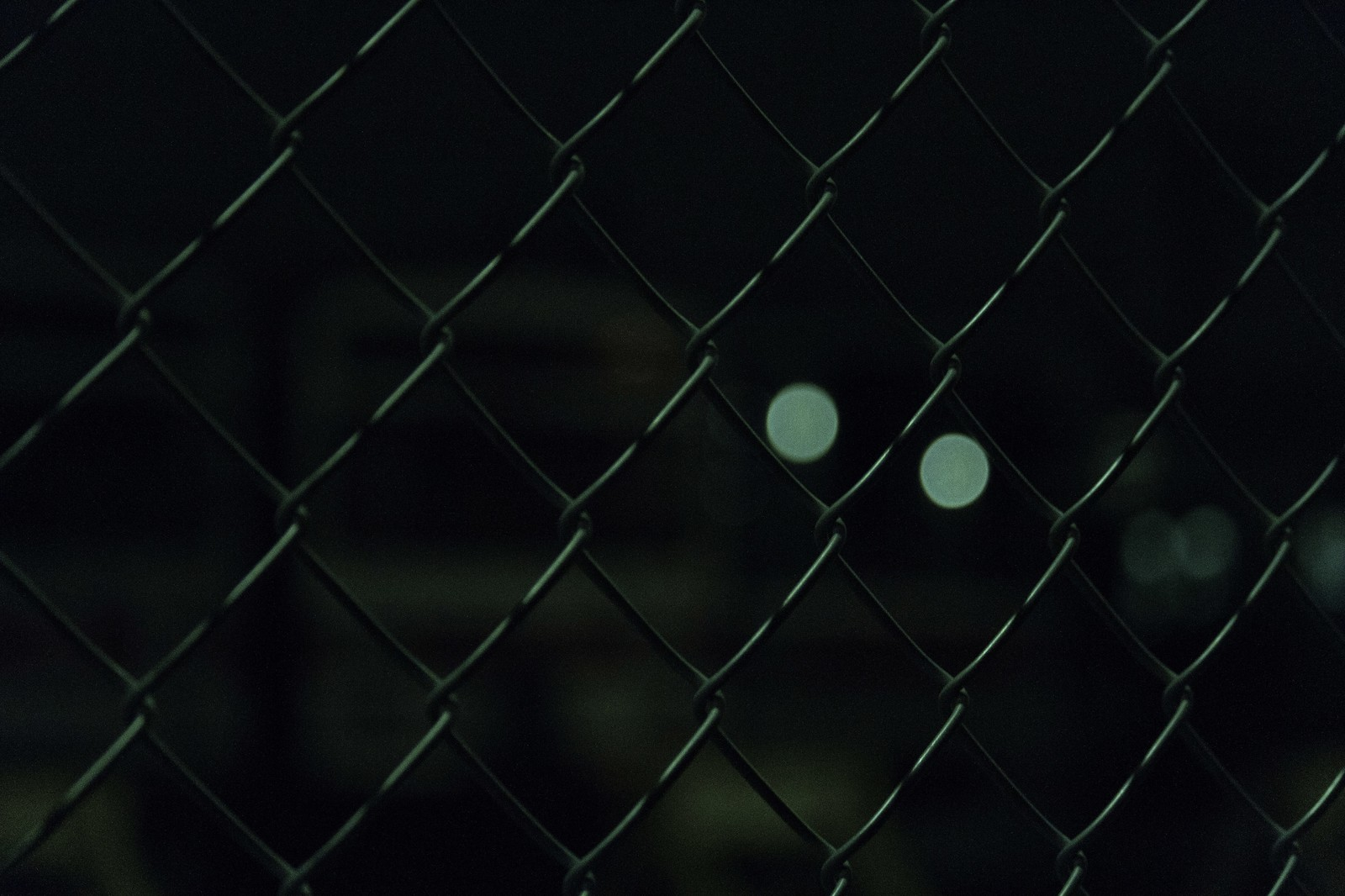 「夜の金網越し夜の金網越し」のフリー写真素材を拡大