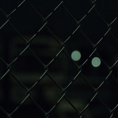 「夜の金網越し」の写真素材