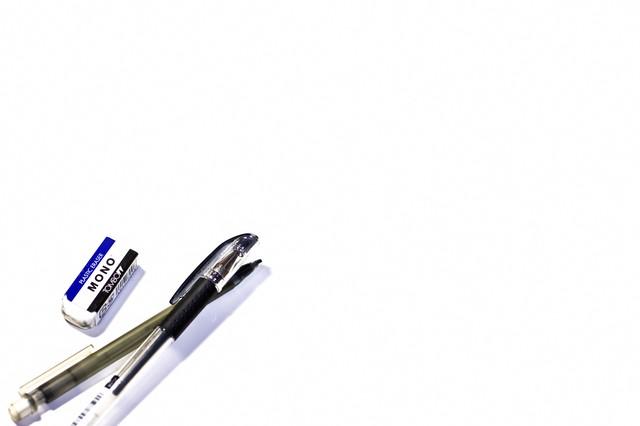 消しゴムとペンの写真
