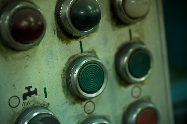 機械のスイッチボタンの写真