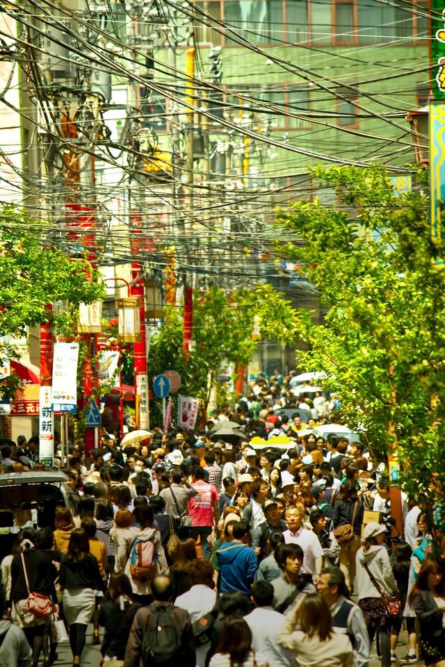 中華街の人混みと電線の写真