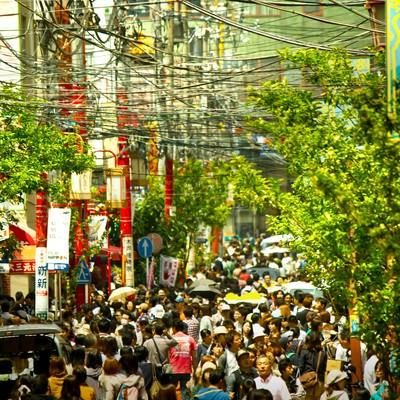 「中華街の人混みと電線」の写真素材