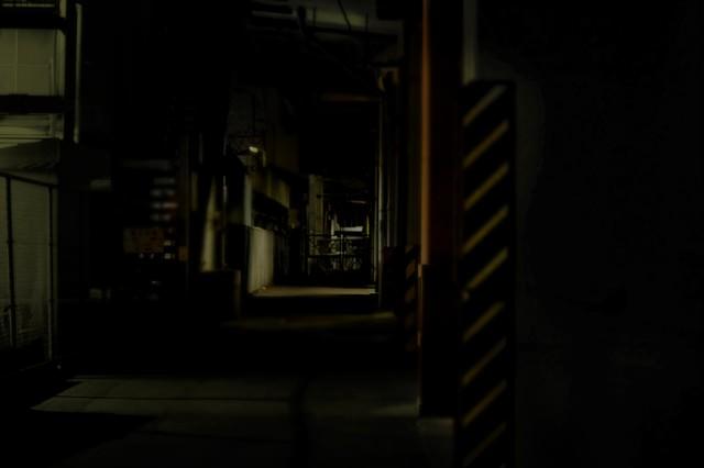 高架下の工場の写真