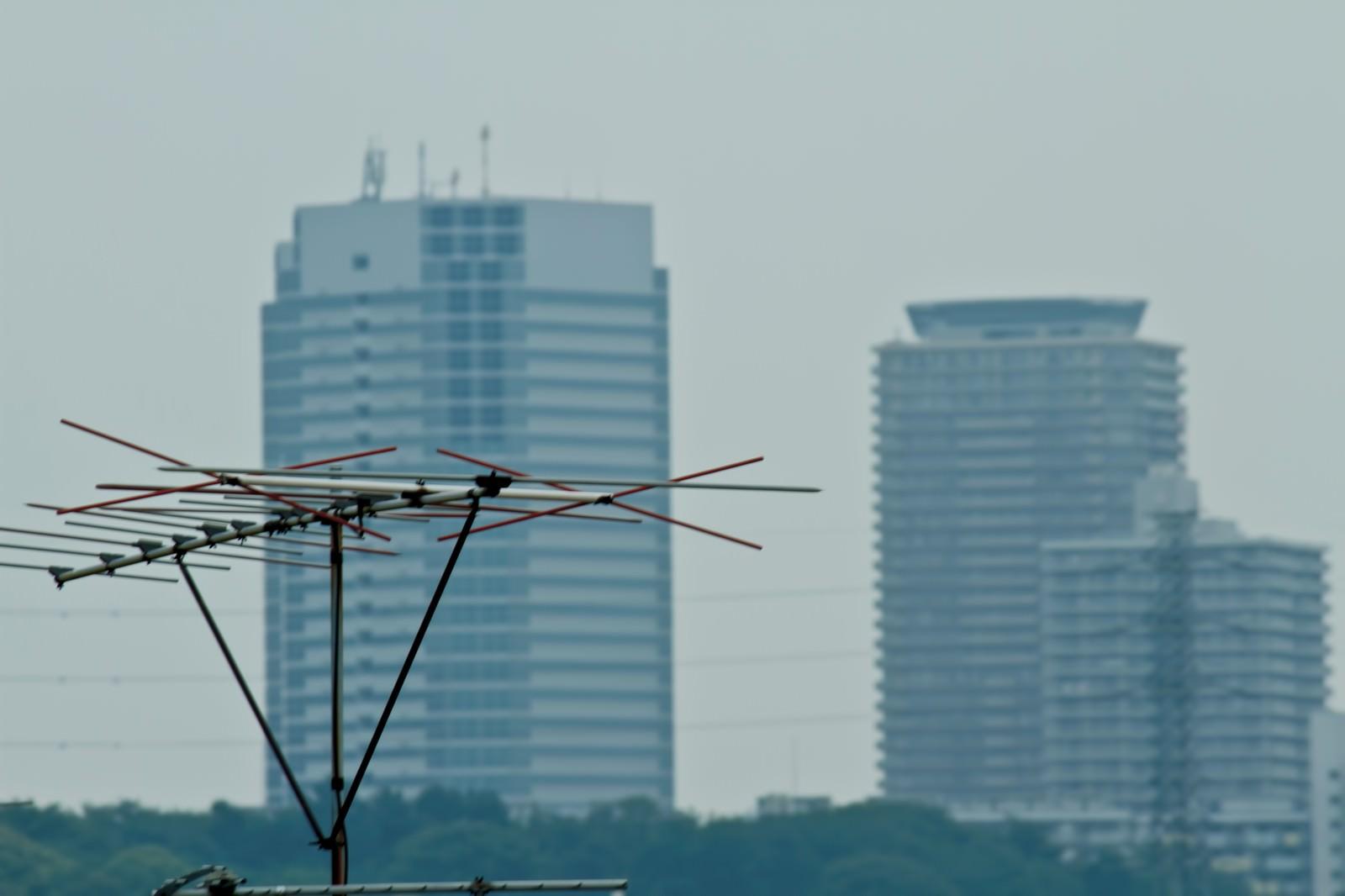 「高層ビルとアンテナ」の写真