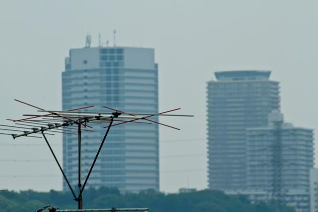 高層ビルとアンテナの写真