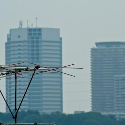 「高層ビルとアンテナ」の写真素材
