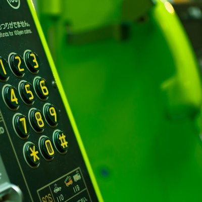 「緑の公衆電話」の写真素材