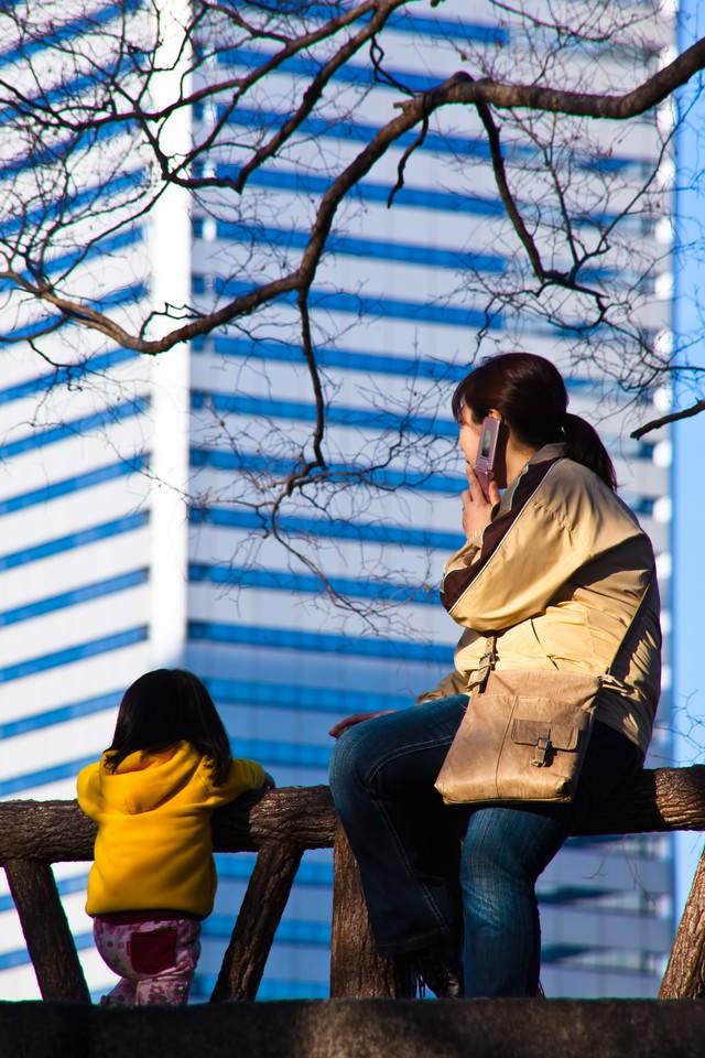街を眺める親子の写真