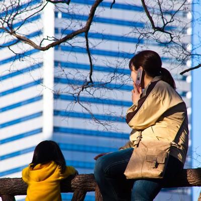 「街を眺める親子」の写真素材