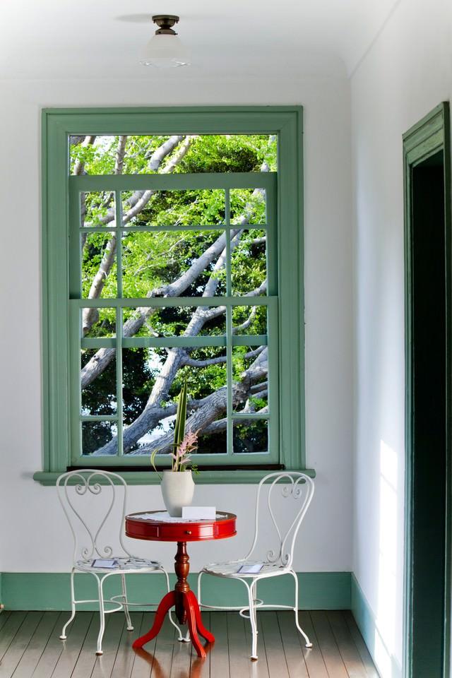 窓辺の赤いテーブルと風景の写真