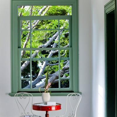 「窓辺の赤いテーブルと風景」の写真素材