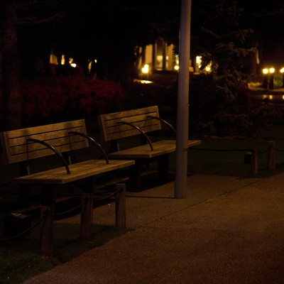 「夜間のベンチ」の写真素材