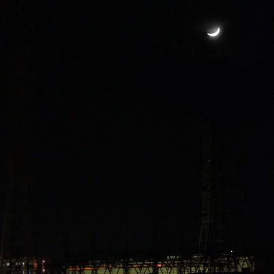 「三日月と工場(夜間)」の写真素材