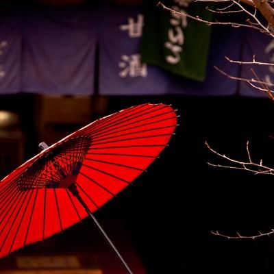 「甘味処と赤い日傘」の写真素材