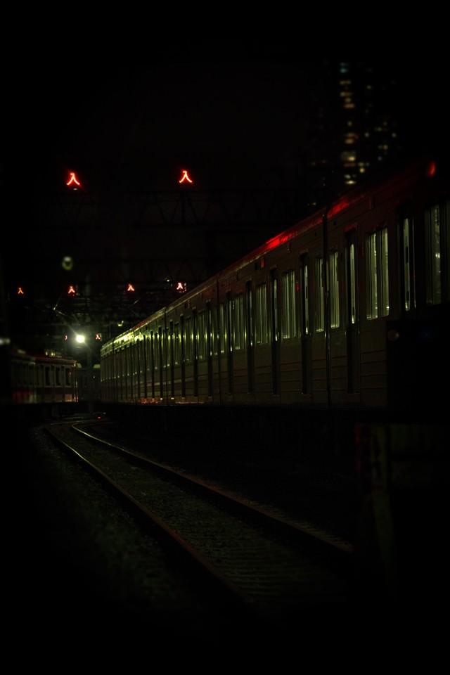 車庫に入った電車(夜間)の写真