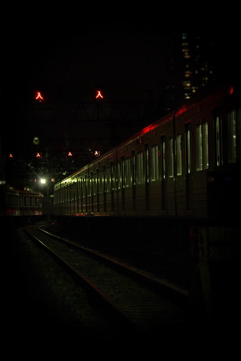 「車庫に入った電車(夜間)」の写真