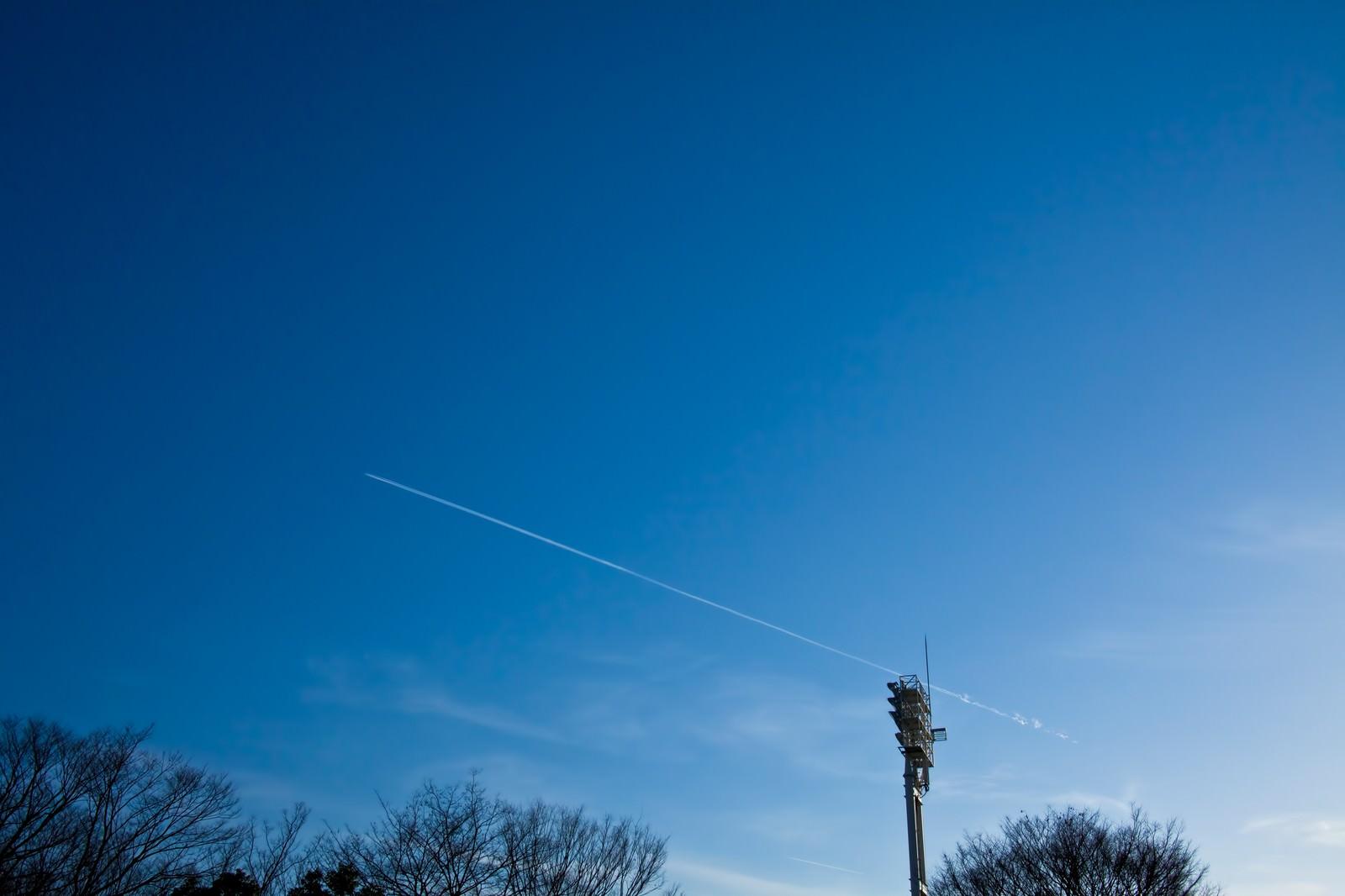 「青空に伸びる飛行機雲」の写真