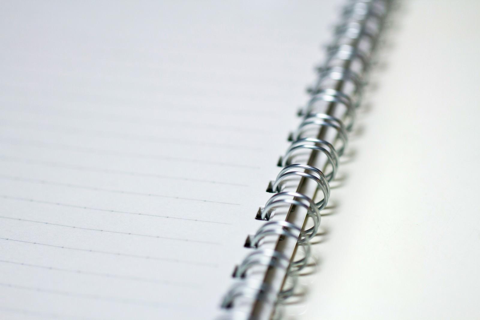 「メモに使うリングノートメモに使うリングノート」のフリー写真素材を拡大