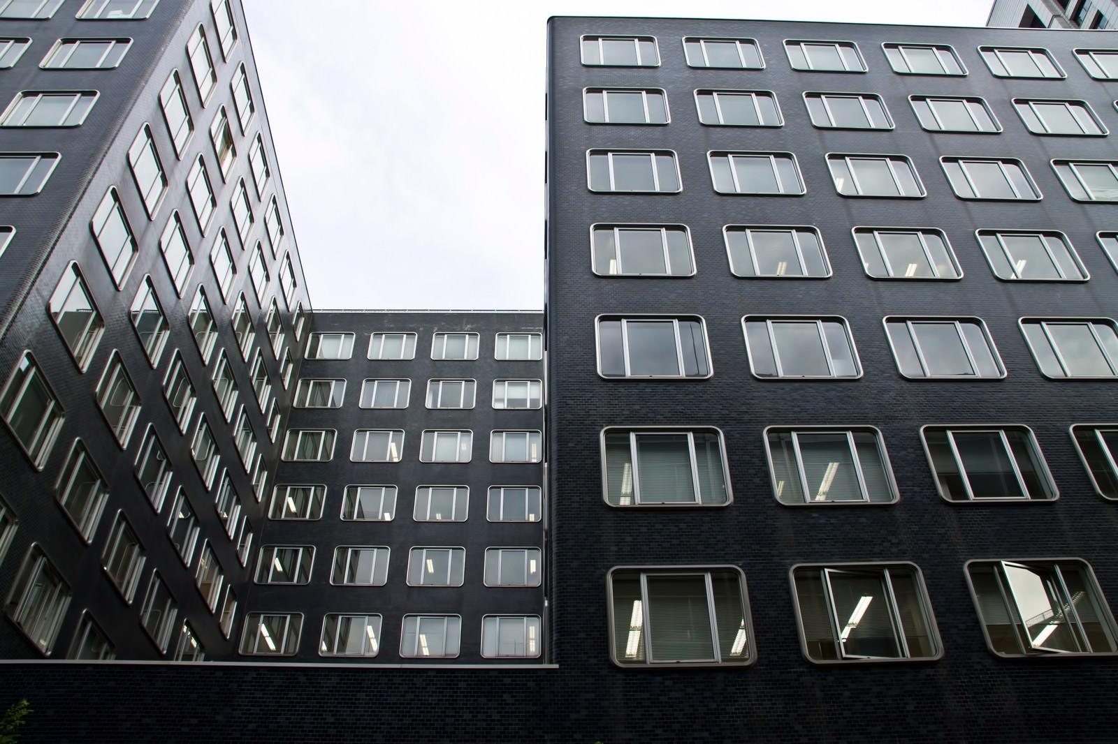「同じ窓のオフィスビル」