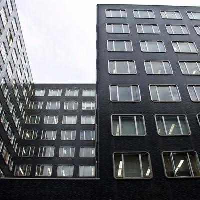 「同じ窓のオフィスビル」の写真素材