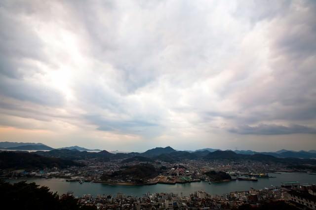 尾道の街並みと空の写真
