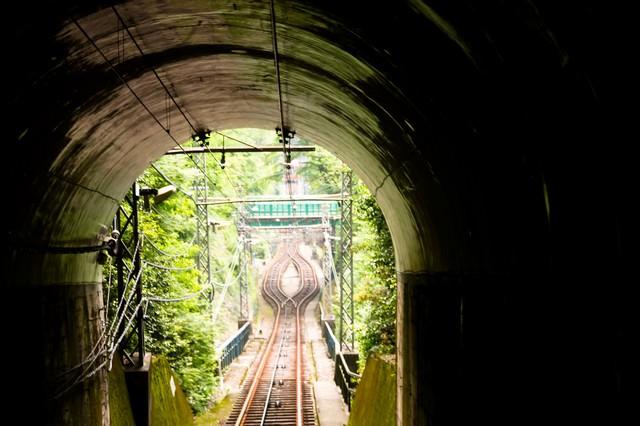 ケーブルカーのトンネルの写真