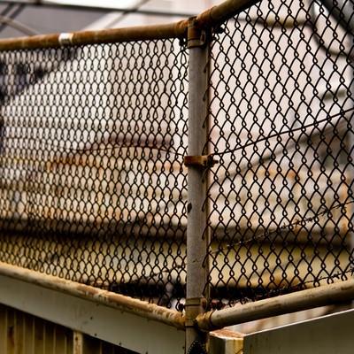 「錆びた金網のフェンス」の写真素材