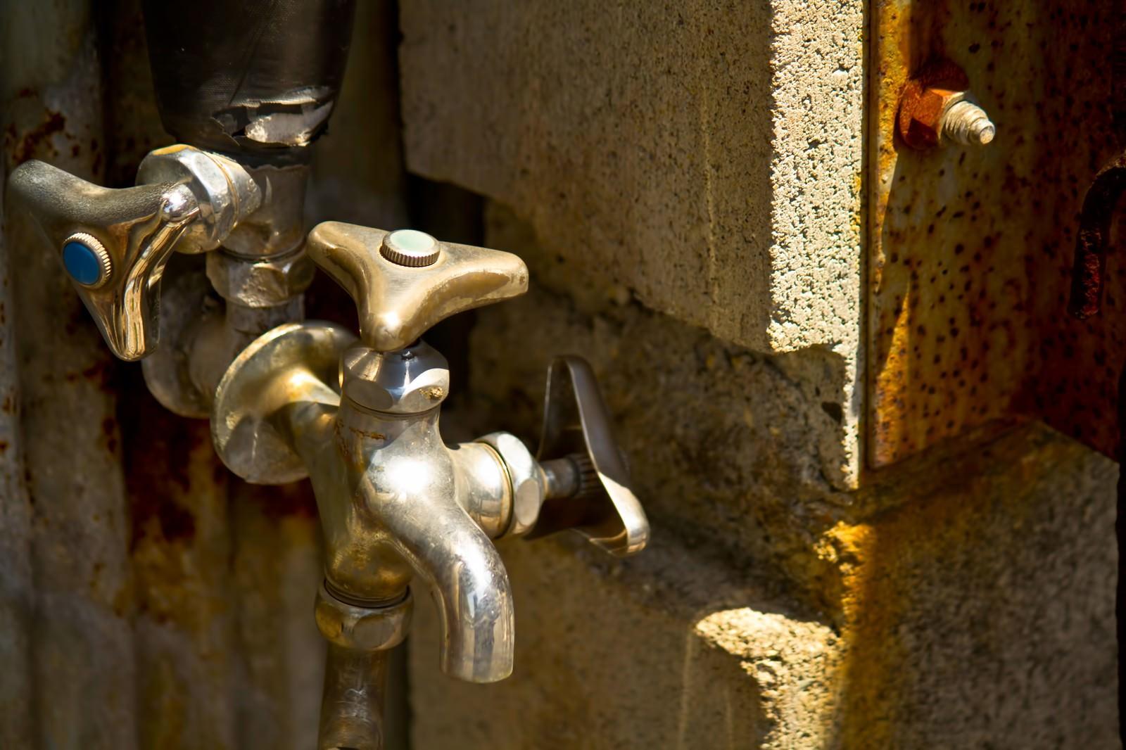 「錆びた水道の蛇口錆びた水道の蛇口」のフリー写真素材を拡大