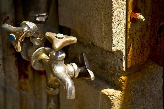 錆びた水道の蛇口の写真