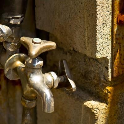 「錆びた水道の蛇口」の写真素材