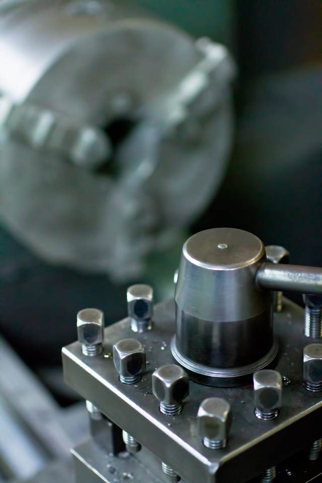 旋盤のバイト台とチャックの写真