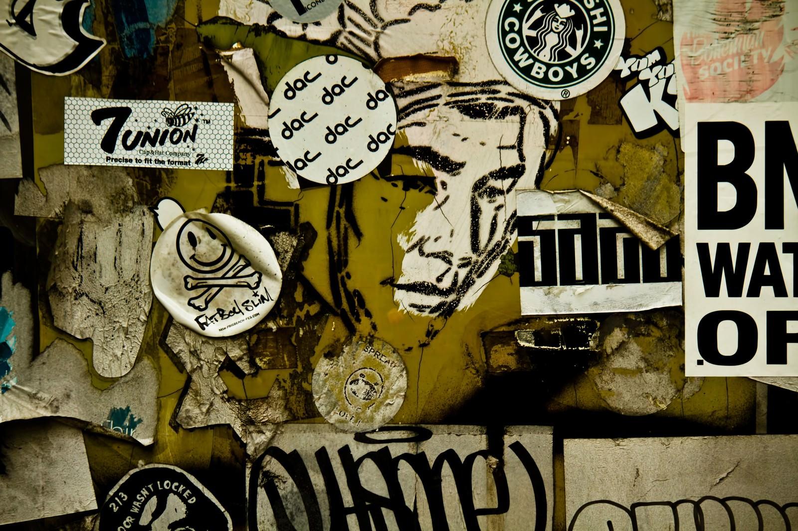 「街角に貼られたステッカー」の写真