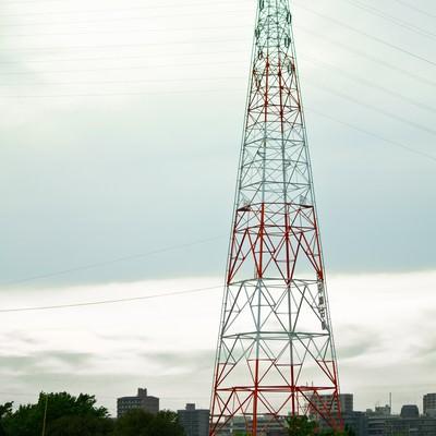 送電線と河川敷の光景の写真