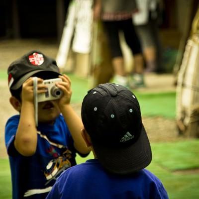 「写真を撮り合う子供の兄弟」の写真素材