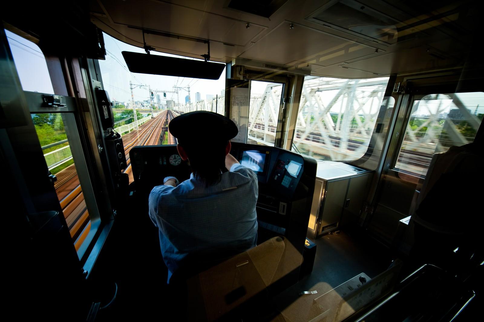 「電車を運転中の車掌」の写真