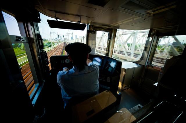 電車を運転中の車掌の写真